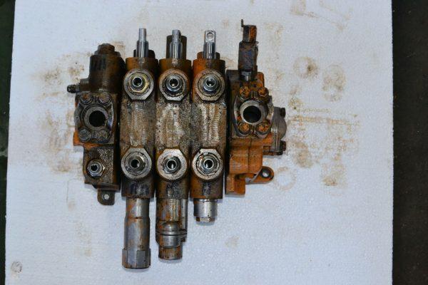 Rozdzielacz Case 595 serial B8901358 Sekcje
